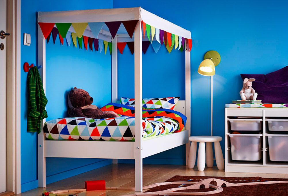 Яркие флажки на кровати