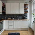 Сочетание белой мебели и темного фартука