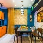 Сочетание синих стен и оранжевой мебели