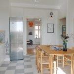 Стол и стулья из дерева на кухне