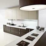 Белые стены на коричневой кухни