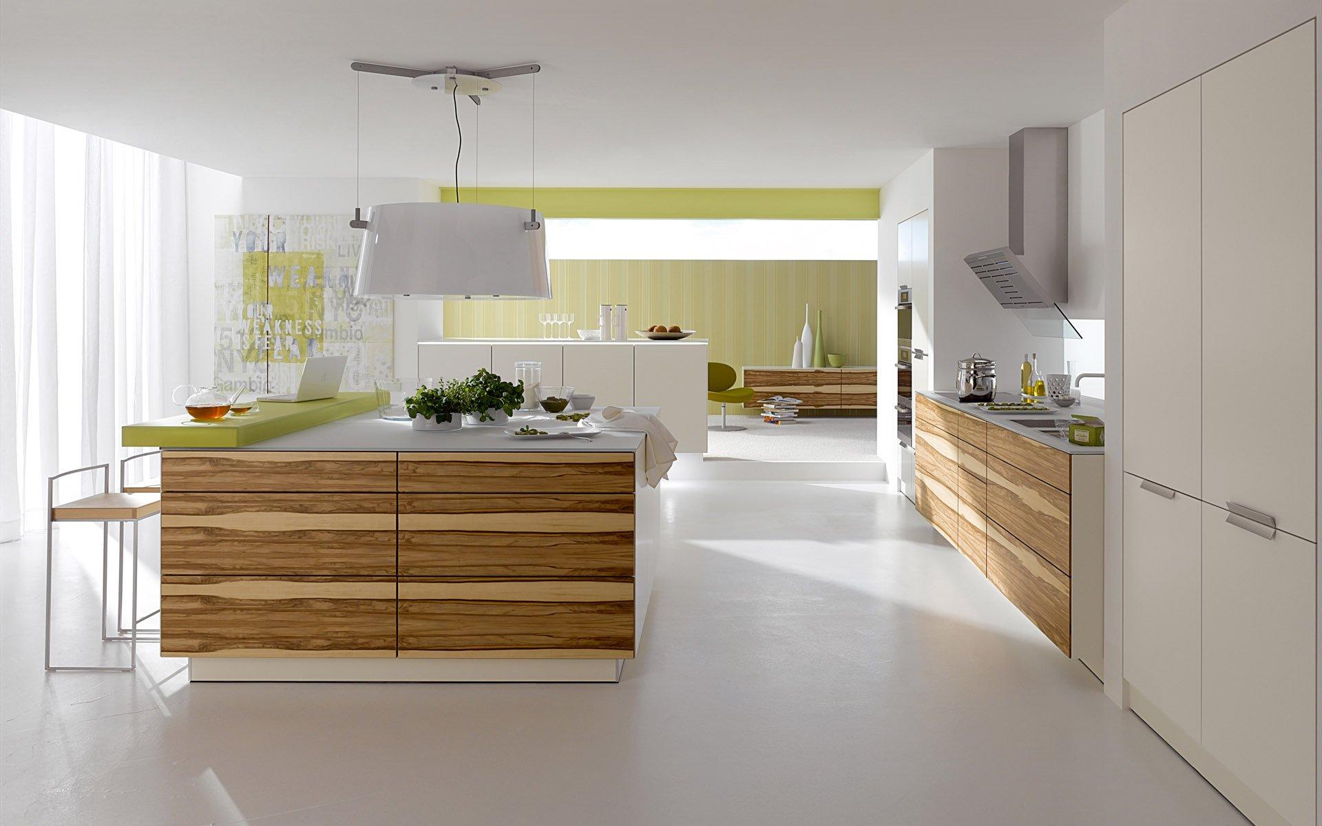 Белый потолок на зеленой кухне