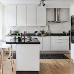 Черная столешница на белой кухне