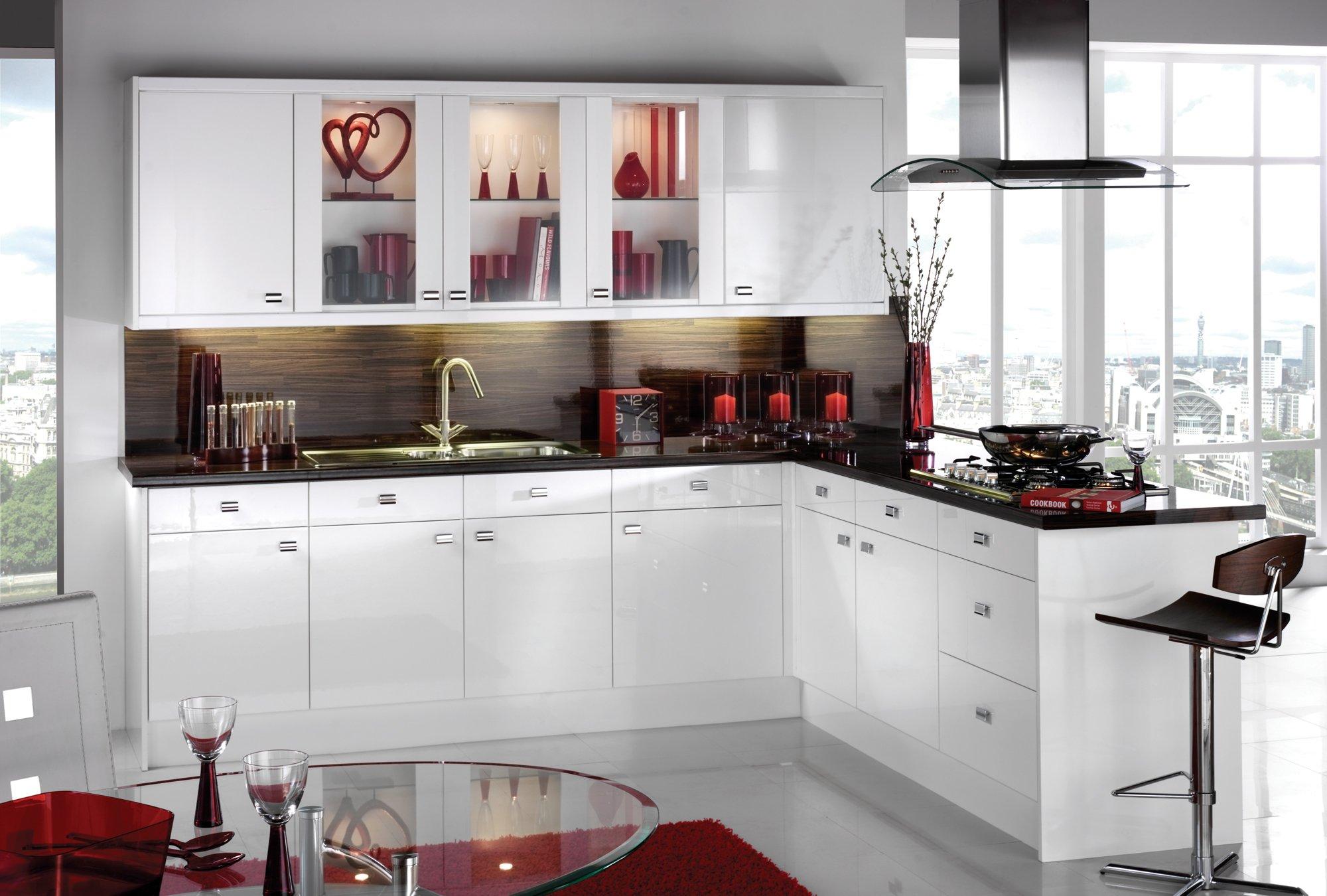 Черный и красный в дизайне белой кухни