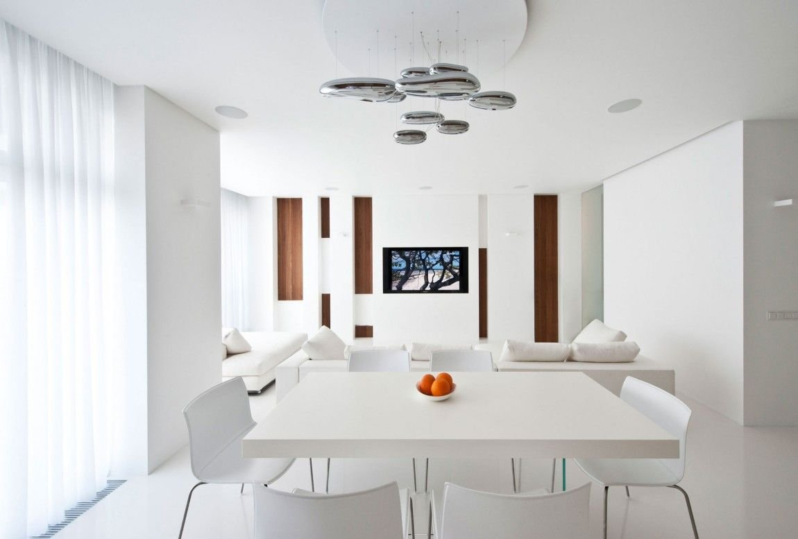 Белая обеденная зона в интерьере однокомнатной квартиры