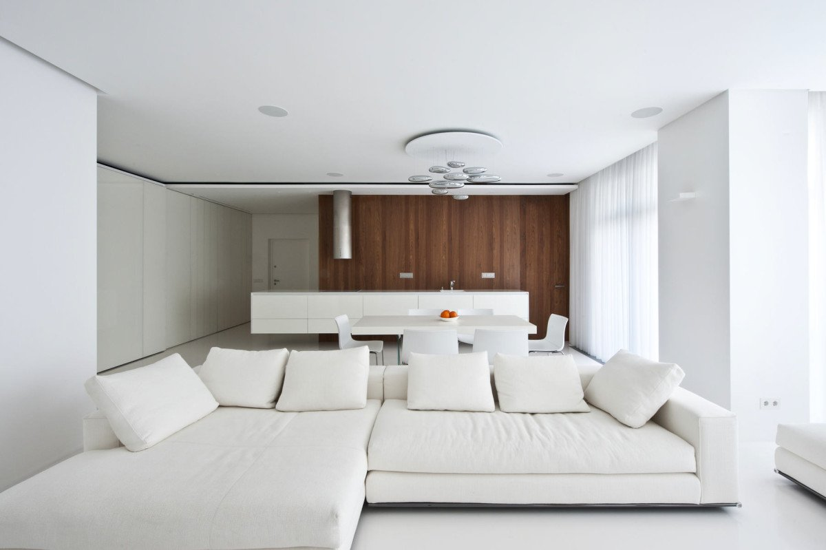 Белая мягкая мебель в интерьере гостиной