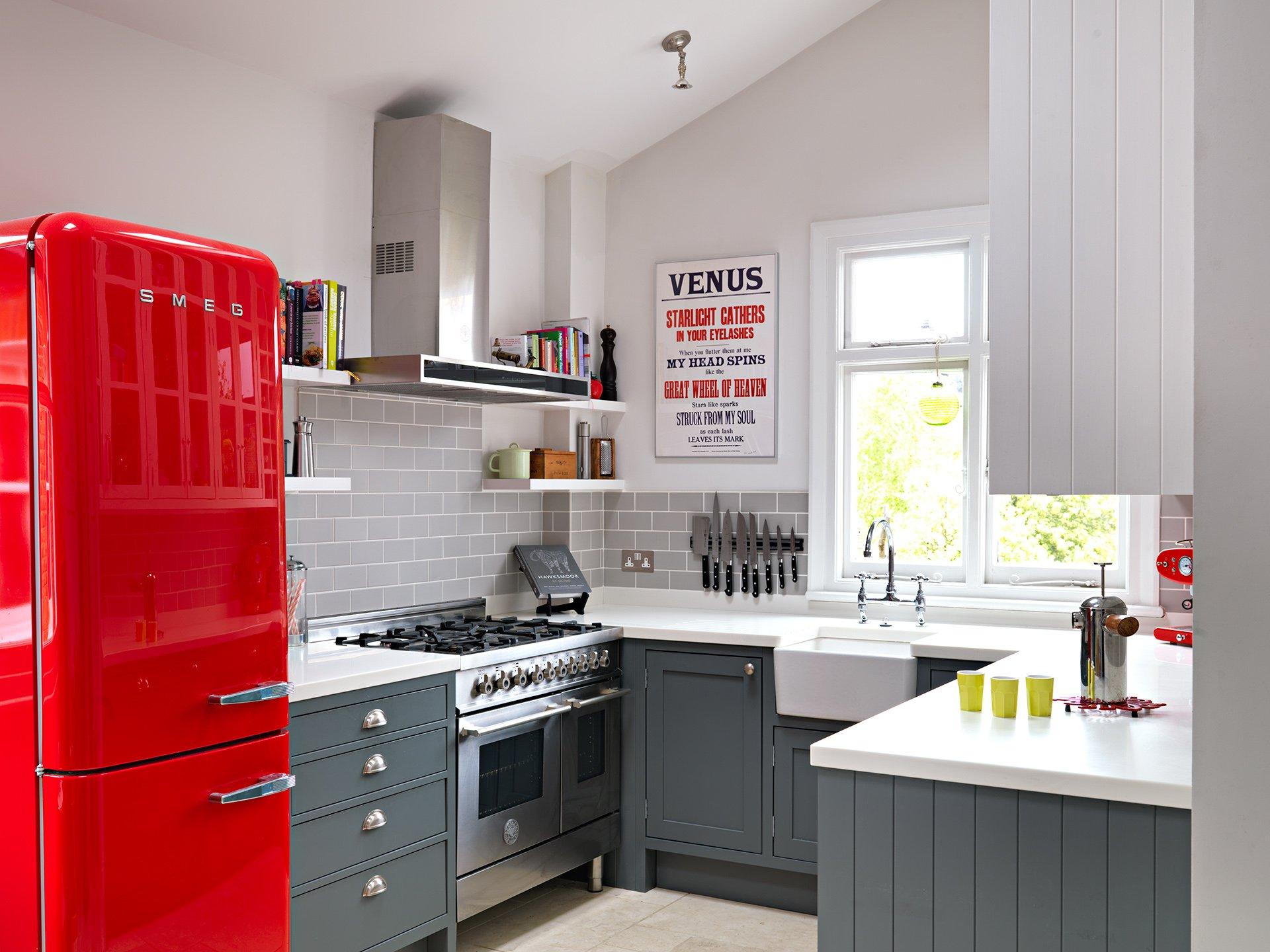 Яркий красный холодильник