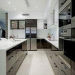 Холодильник в центре кухни