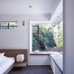 Белая комната с большим окном