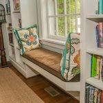 Яркие подушки на подоконнике-диване
