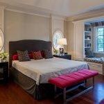 Спальня с коричневой кроватью