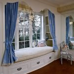 Синие занавески на окне