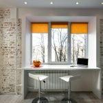 Оранжевые римские шторы на окне