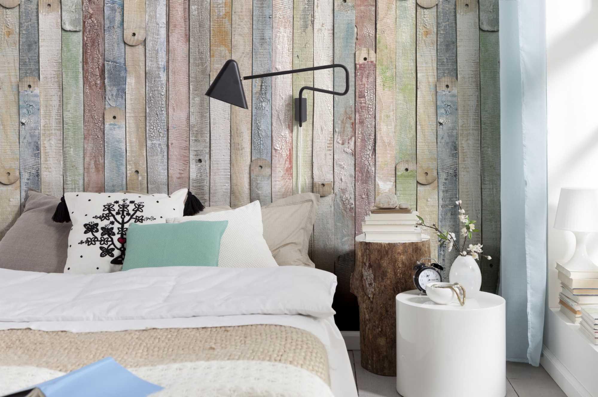 Оформление стены в спальне древесиной