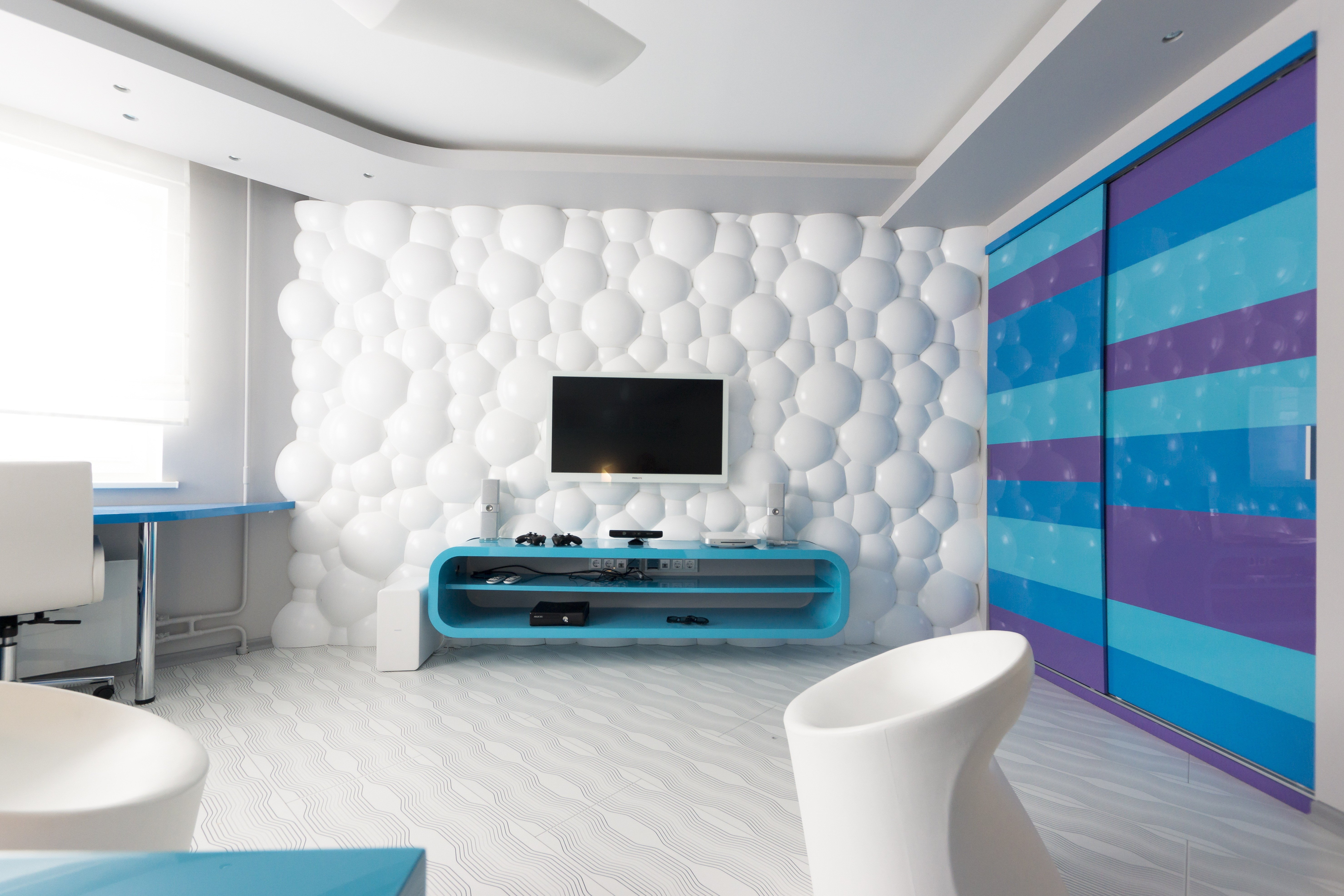 Дизайн комнаты в бело-синем цвете