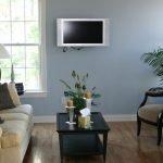 Телевизор на стене в гостиной