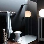Белые аксессуары в интерьере ванной
