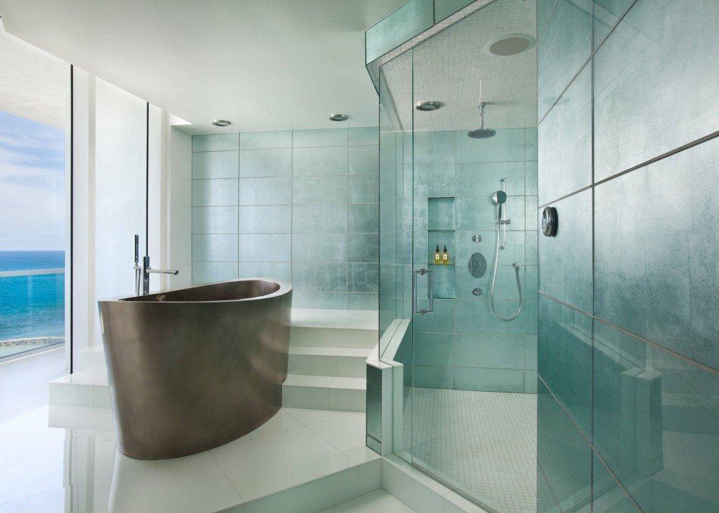 Белая плитка на полу в ванной