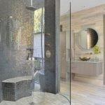 Круглое зеркало на стене в ванной