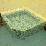 Голубая мозаика в оформлении душевой кабины