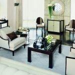 Контрастные подушки на диванах
