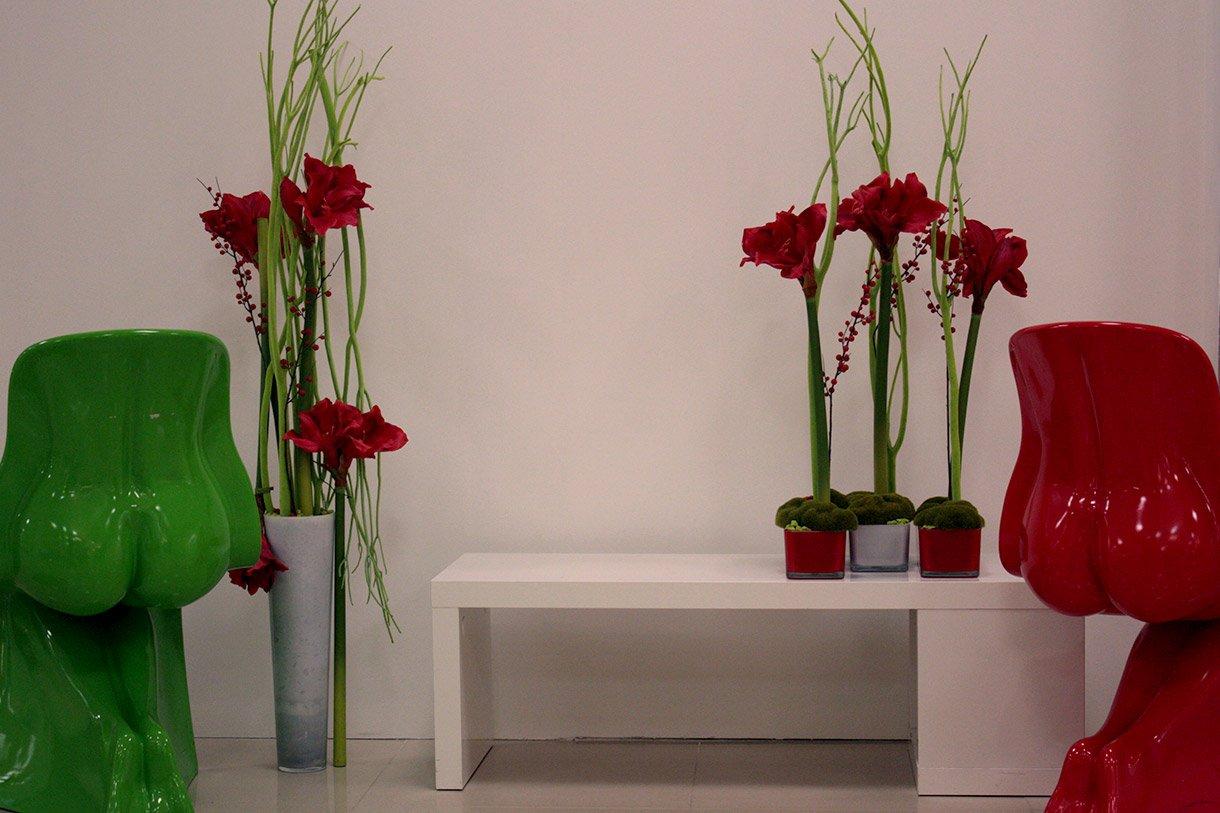 Искусственные цветы в интерьере комнаты