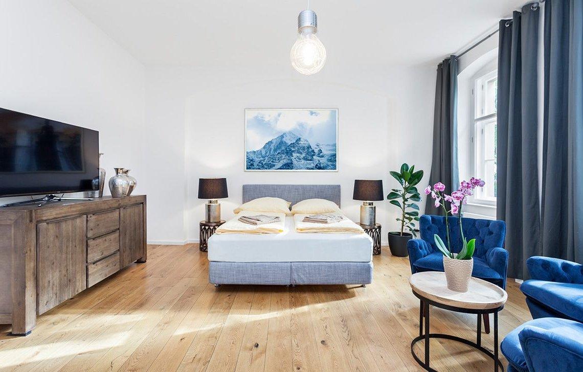 Голубая картина в цвет комнаты