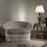 Кресло в интерьере в классическом стиле