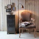 Кресло в интерьере в стиле ретро