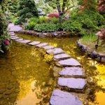 Тропа из камня в саду