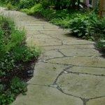 Садовая дорожка из дикого камня