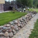 Каменное ограждение вдоль дорожки