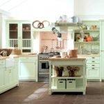 На светлой кухне много белых элементов