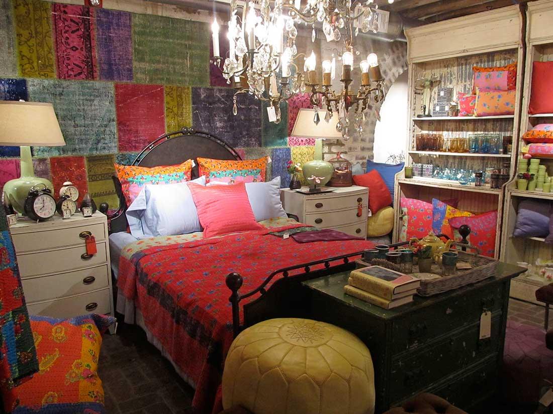 Кровать с разноцветными подушками