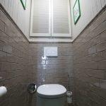 Фактурная плитка в отделке туалета
