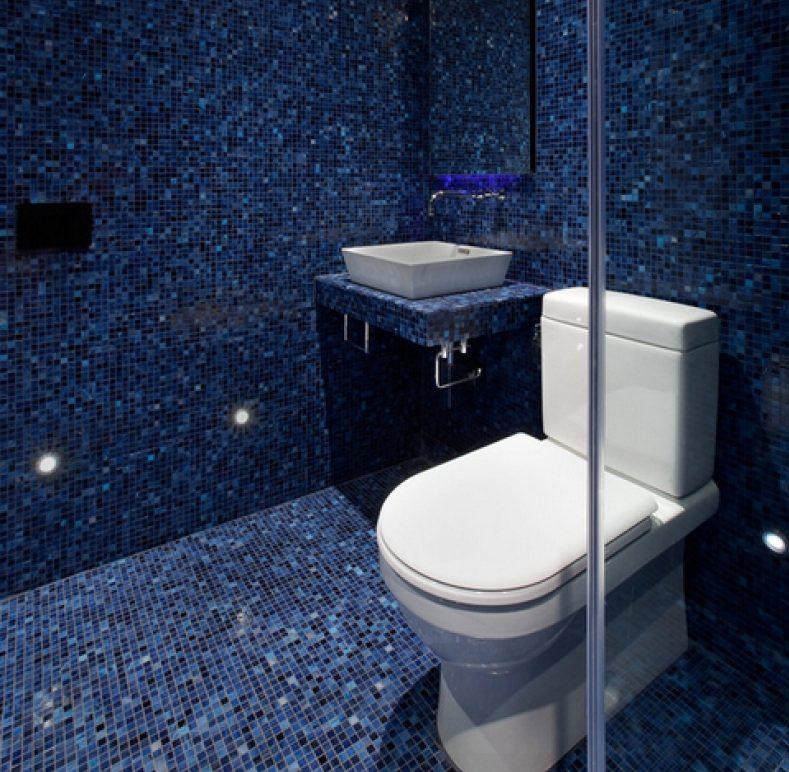 Синяя мозаика в дизайне туалета