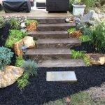 Каменная дорожка с цветами