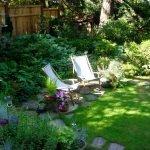 Шезлонги в саду
