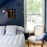 Синие стены светло-бежевый пол
