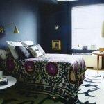 Синяя стена и узор на ковре