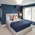 Яркие подушки на кровати