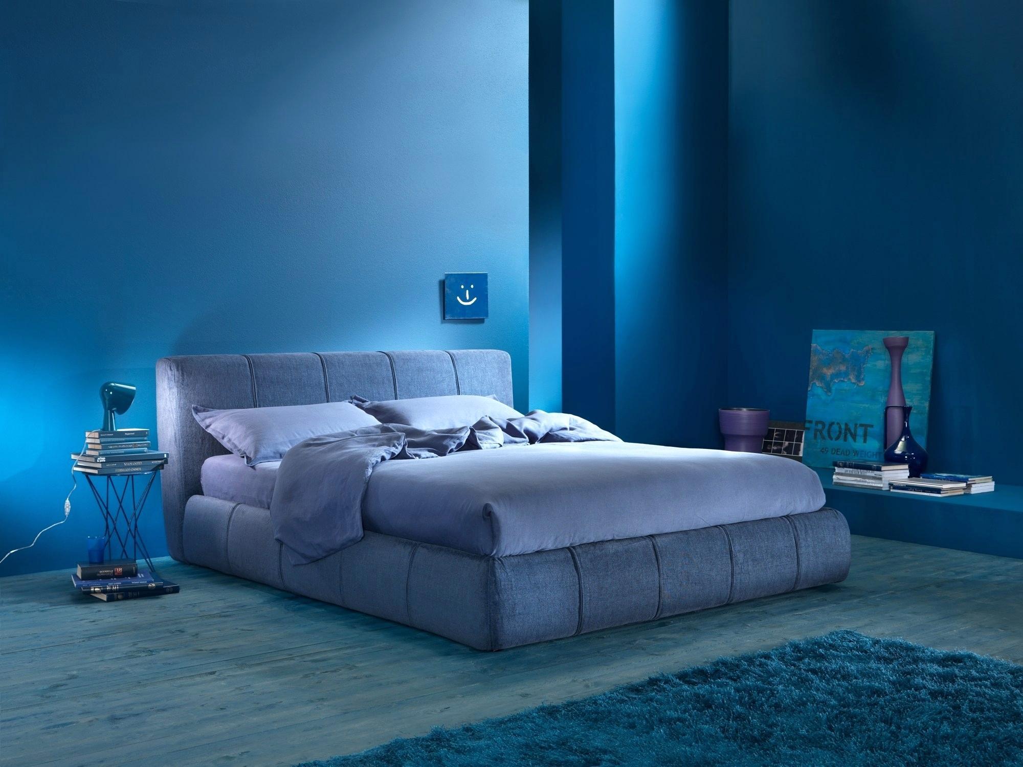Свет от лампы у кровати