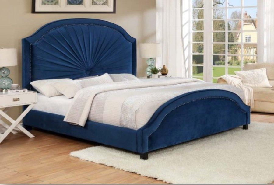 Синяя бархатная кровать
