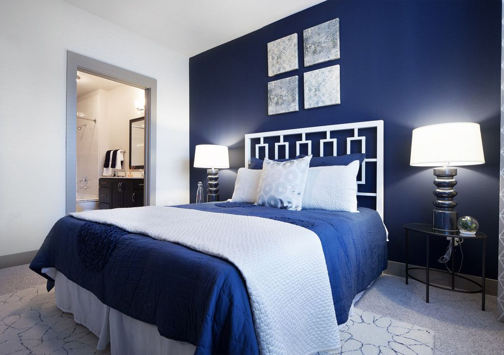 Синий орнамент на кровати