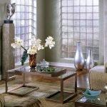 Ваза с цветами на столике в гостиной