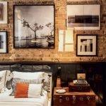 Картины на кирпичной стене