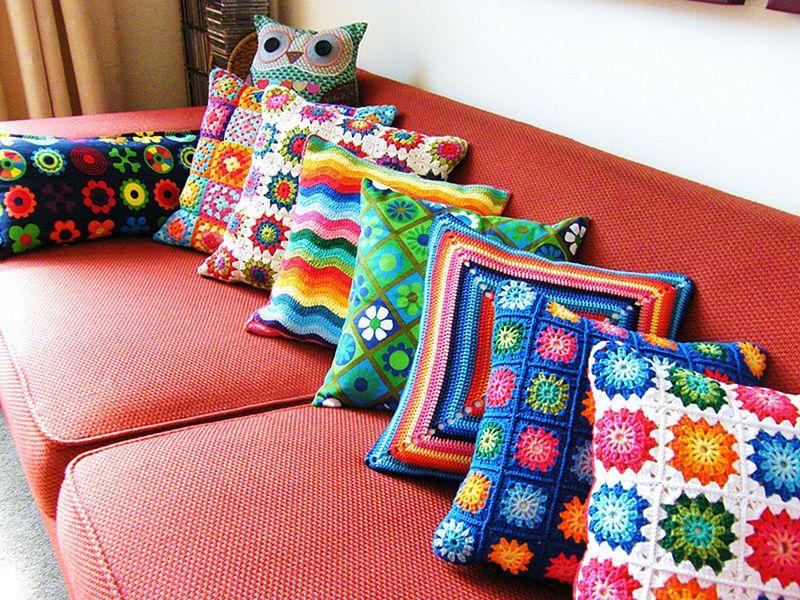 Вязанные подушки на диване