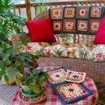 Горшки с цветами на столике