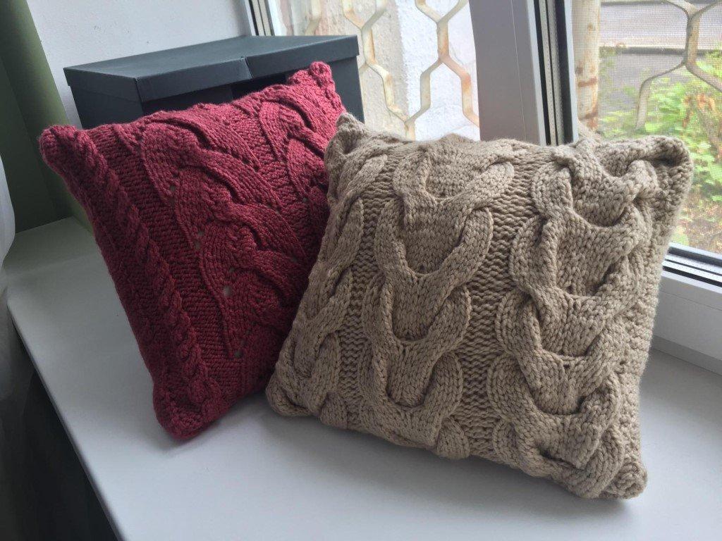 Вязанные подушки на окне
