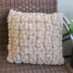 Горшок с цветком у дивана